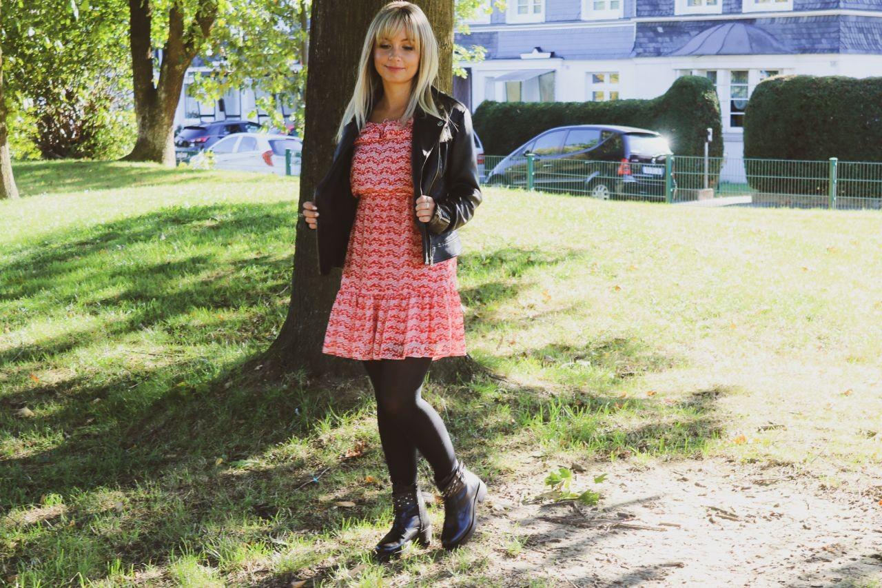 Lookbook & Outfit Diary / Herbst-Outfit: ein leichtes Sommerkleid, Lederjacke und Bikerboots